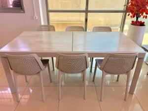 שולחן עם זכוכית בציפוי שיש + 6 כסאות