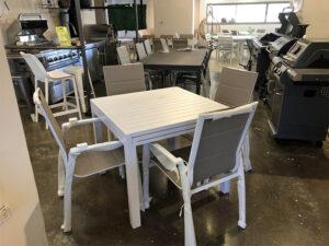 שולחן דגם נועה 90/90 נפתח ל 1.80 + 4 כסאות